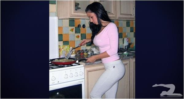 yoga-pants-in-the-kitchen