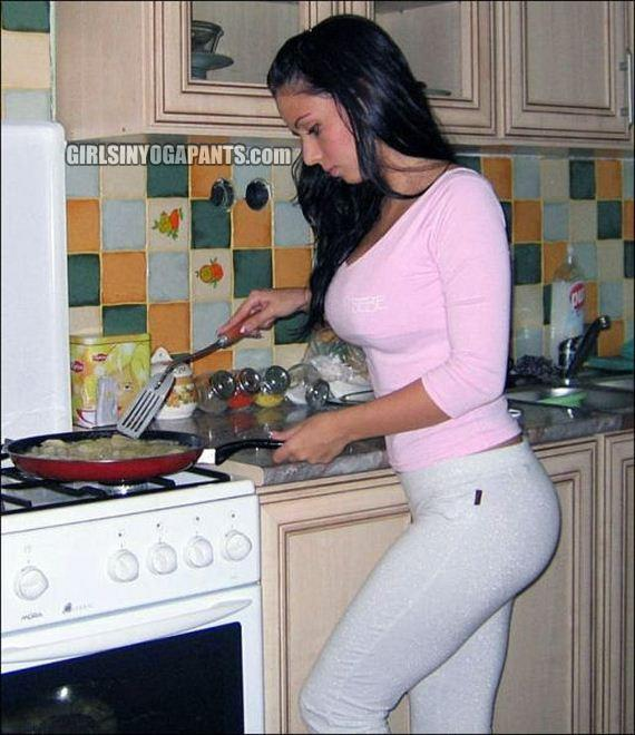 yoga-pants-in-the-kitchen1