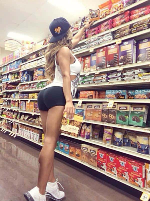 lais-deleon-buying-snacks