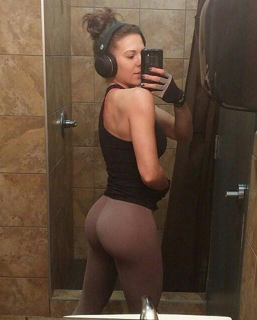 nicely-shaped-booty-selfie