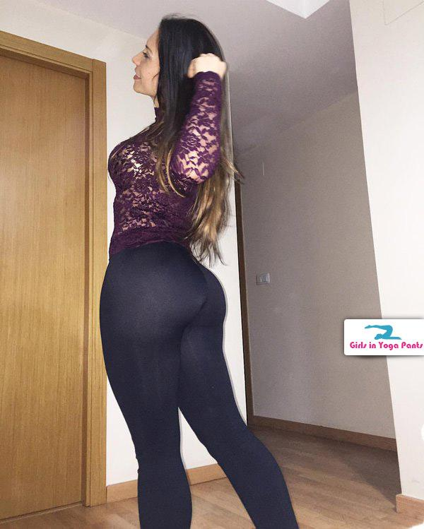 showing off her new black yoga pants � girls in yoga pants
