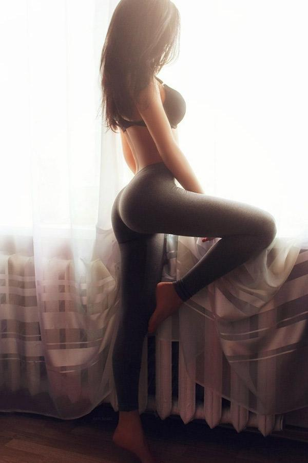 grey-yoga-pants-in-the-bedroom