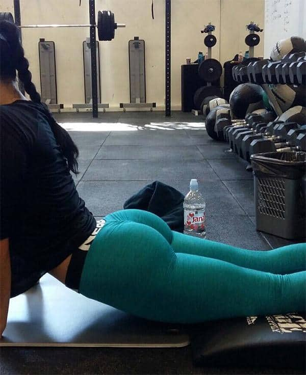 turquoise-yoga-pants-at-the-gym
